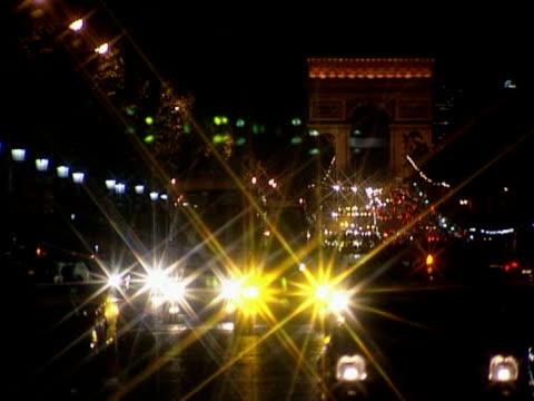 vidéos et rushes de arc de triomphe de nuit - arc élément architectural