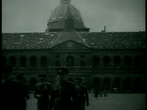 stockvideo's en b-roll-footage met arc de triomphe du carrousel w/ soldiers standing traffic fg army officers walking outside int czechoslovakian officers sitting at table talking w/... - 1938