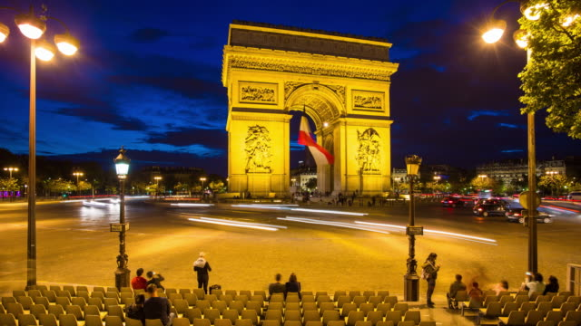 vidéos et rushes de arc de triomphe illuminated at night with the french tricolour flag, paris, france - time lapse - arc élément architectural