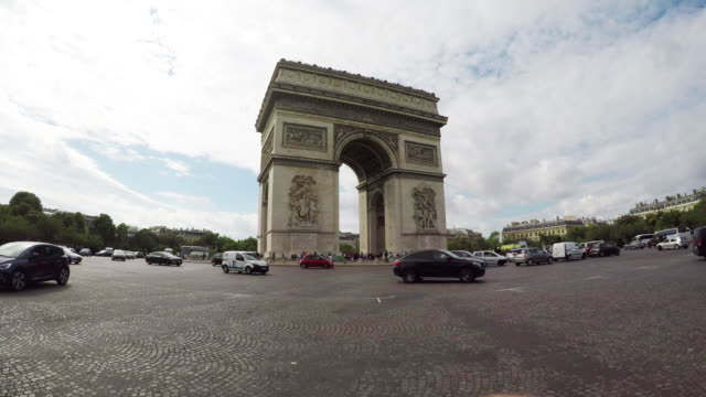 arc de triomphe (arch of triumph) in is paris with traffic. - triumphbogen paris stock-videos und b-roll-filmmaterial