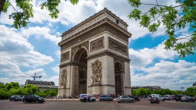 arc de triomphe in paris - 4k stadtansichten, landschaften & gründer - triumphbogen stock-videos und b-roll-filmmaterial