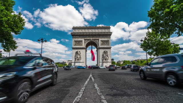 arc de triomphe in paris - 4k cityscapes, landscapes & establishers - avenue des champs elysees stock videos & royalty-free footage