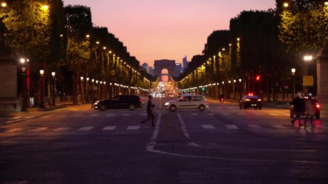 vídeos de stock, filmes e b-roll de arco de triunfo em paris no crepúsculo - arco característica arquitetônica