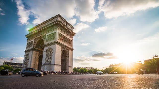 vídeos de stock e filmes b-roll de arc de triomphe in paris at sunset - 4k cityscapes, landscapes & establishers - back lit