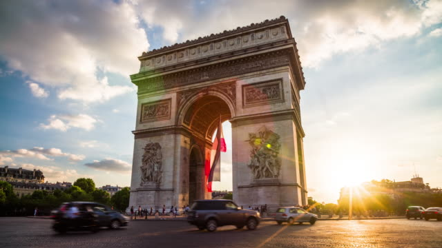 vídeos de stock, filmes e b-roll de arco do triunfo em paris ao pôr do sol - 4k paisagens urbanas, paisagens & establishers - arco triunfal