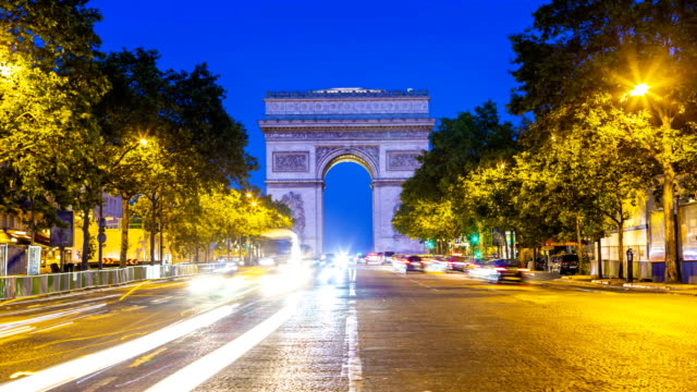 arc de triomphe in paris bei sonnenuntergang, zeitraffer - triumphbogen paris stock-videos und b-roll-filmmaterial