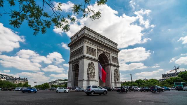 stockvideo's en b-roll-footage met arc de triomphe in parijs, frankrijk - triomfboog