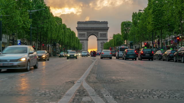 stockvideo's en b-roll-footage met monument arc de triomphe en avenue des champs-élysées in parijs-4k time lapse - famous place