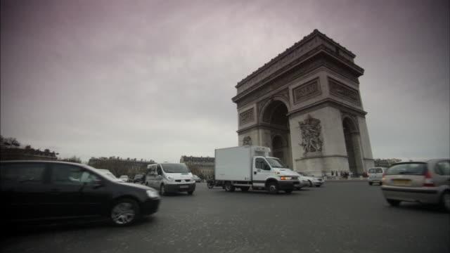 "stockvideo's en b-roll-footage met ""arc de triomphe on a moody day, paris"" - kleurtoon"