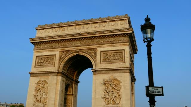 stockvideo's en b-roll-footage met arc de triomphe, paris, ile de france, france - straatnaambord