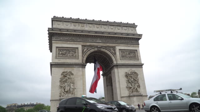 arc de triomphe paris - arc de triomphe paris stock videos & royalty-free footage