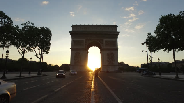 vidéos et rushes de arc de triomphe sunrise on may 11, 2020 in paris, france. france has started a progressive relaxation of its foreclosure measures and restrictions in... - arc élément architectural