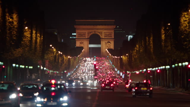 vídeos y material grabado en eventos de stock de ms arc de triomphe. traffic moving on avenue des champs-elysees at night / paris, france - arco del triunfo parís