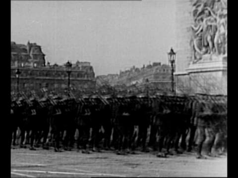 vídeos de stock e filmes b-roll de ws arc de triomphe with people encircling it on date of 1921 ceremony / us troops and color guard march past the base of the arc / us general john... - arco do triunfo paris