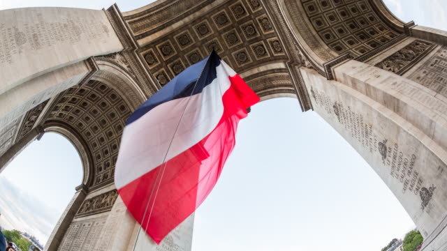 arc de triomphe with the french tricolour flag, paris, france - time lapse - triumphbogen paris stock-videos und b-roll-filmmaterial
