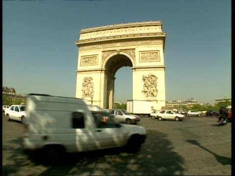 vidéos et rushes de ms arc de triomphe with traffic passing in foreground, paris - arc élément architectural