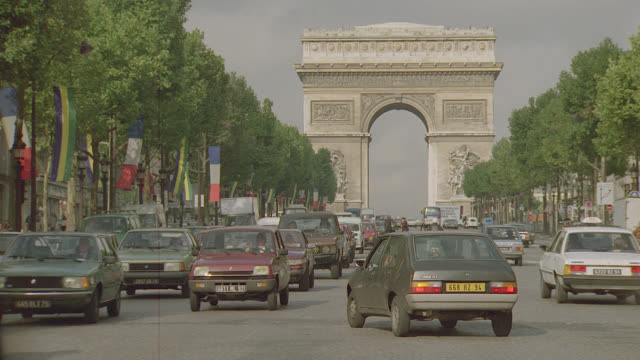 vidéos et rushes de arc de triomphe w/street traffic; paris - paris france
