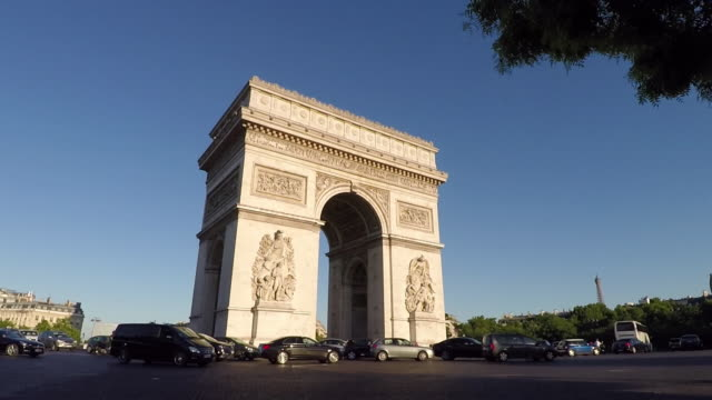 arc de triomphe,paris. pov shot from vehicle. slow-motion. - triumphbogen paris stock-videos und b-roll-filmmaterial