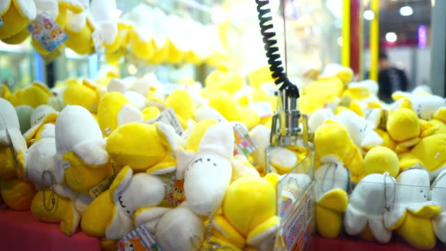 vídeos de stock e filmes b-roll de arcades  crane game claw machines - acaso