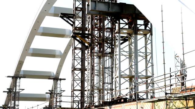 Arch bridge Bauarbeiten nahe dem lane und Gebäude bars