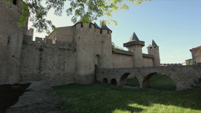 ws arch bridge leading to entrance of carcassonne / languedoc-roussillon, france - arch bridge stock videos & royalty-free footage