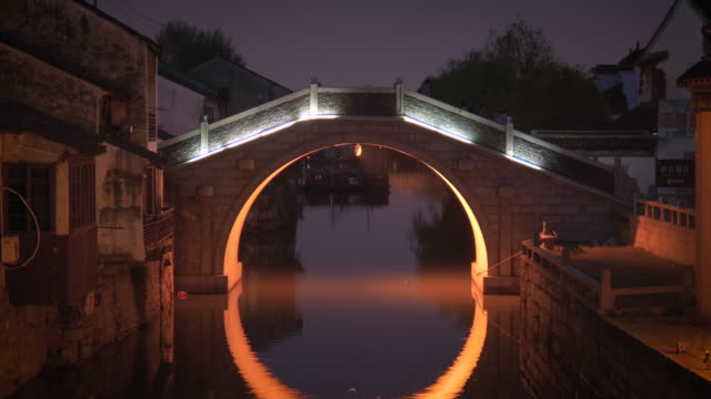 ws zo td arch bridge over canal in old town at night, shantang street, suzhou, jiangsu province, china - arch bridge stock videos & royalty-free footage