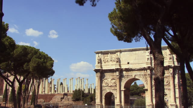 ms, arch of constantine, columns of temple of venus and roma in background, rome, italy - immagine video stock e b–roll