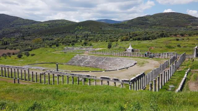 vídeos de stock, filmes e b-roll de sítio arqueológico de messene antigo, ruínas do stadion, perto de kalamata, messina, messinia, peloponnes, greece - teatro clássico
