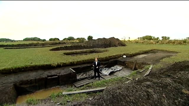 archaeologists discover prehistoric home in scarborough reporter to camera on site - scarborough inghliterra video stock e b–roll