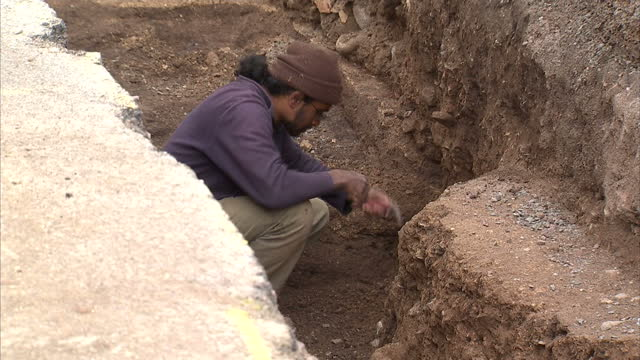 "archaeologists searching under a car park in leicester for the lost grave of king richard the third say they're ""very excited"" by the discovery of... - digging stock-videos und b-roll-filmmaterial"