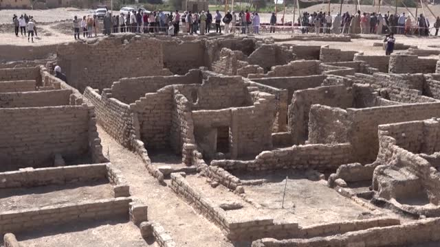"""archaeologists show off their finds at what they say is the """"largest"""" ancient city ever found in egypt, dating to a golden age of the pharaohs 3,000... - egypt stock videos & royalty-free footage"""