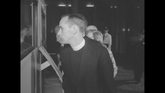 archbishop athanasius yeshua samuel of syriac orthodox church standing with man in front of display case containing scrolls explaining them to him /... - skåp med glasdörrar bildbanksvideor och videomaterial från bakom kulisserna