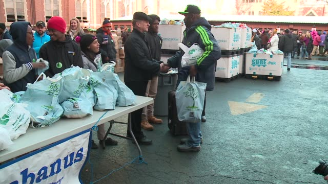 vídeos de stock e filmes b-roll de wgn archbishop blasé cupich joined dozens of volunteers from churches across chicagoland handing out thanksgiving meals to families in need outside... - organização sem fins lucrativos