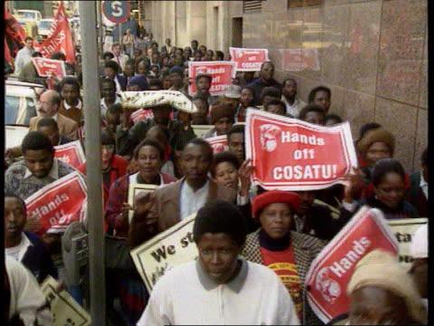 vidéos et rushes de archbishop huddleston south tms black protestors along with banners 'hands off cosatu' tms ditto ms archbishop trevor huddleston standing with demo... - apartheid