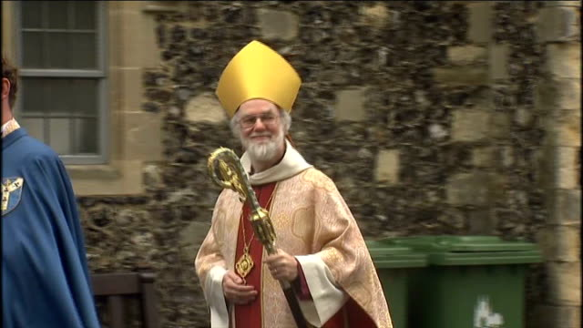 archbishop of canterbury and pope easter messages england kent canterbury ext dr rowan williams along in procession to canterbury cathedral dr rowan... - カンタベリー大主教点の映像素材/bロール