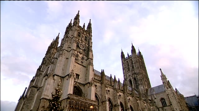 archbishop of canterbury christmas day sermon ***to kent canterbury cathedral ext exterior shots of canterbury cathedral with christmas tree visible... - fries säulengebälk stock-videos und b-roll-filmmaterial