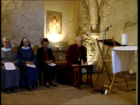 vídeos y material grabado en eventos de stock de archbishop of canterbury george care to retire itn carey kneeling to pray at prayer service with nuns carey praying - alfombra de oración