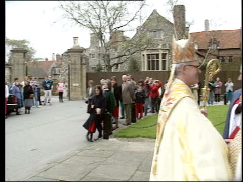 vidéos et rushes de archbishop of canterbury succession lib st george's chapel archbishop of canterbury george carey along in ceremonial dress as arriving for easter... - chapelle