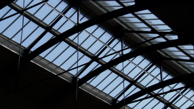 vídeos de stock e filmes b-roll de arched beams span a ceiling with a skylight at the newcastle central station in newcastle, england. available in hd. - claraboia