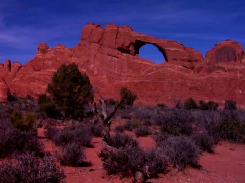 vidéos et rushes de arched rock formation in arches national park, moab, utah - grès