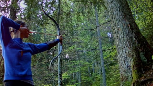 vídeos de stock, filmes e b-roll de caça ao arqueiro da floresta - bow and arrow