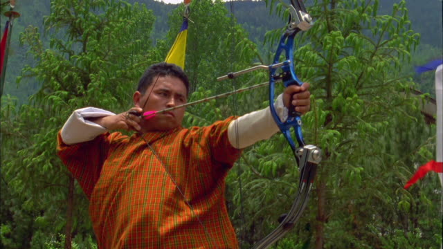 Traditional Archery Events 2020.Archer Pulls Back Arrow To Take Shot At Traditional Archery