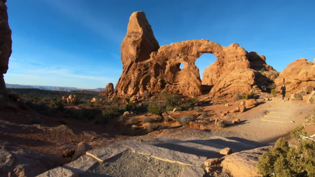 arches national park, woman running - moab utah stock-videos und b-roll-filmmaterial