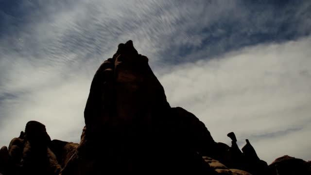 アーチーズロック、雲と星 - 長さ点の映像素材/bロール