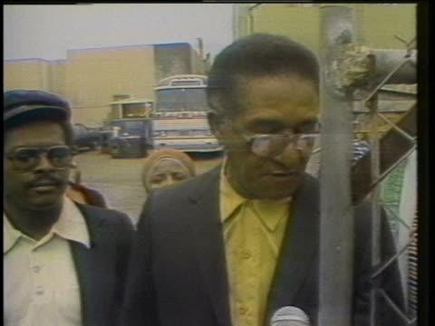 archie ijames gives a press statement about the jonestown massacre outside the san francisco peoples temple. - massmord bildbanksvideor och videomaterial från bakom kulisserna
