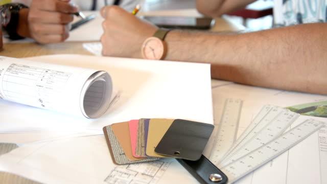 Architektur Design und diskutieren neues Projekt auf die Pläne liegen vor, Zeichnungen