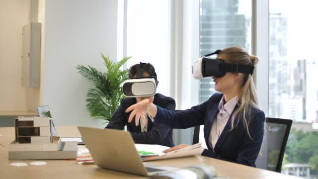 vidéos et rushes de casques de réalité augmentée d'architecte et de client dans une réunion ayant une procédure pas à pas virtuelle - réalité virtuelle