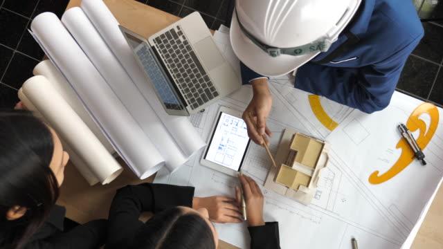 建築家やエンジニアがブレーンストーミングの建設プロジェクト、トップ ビュー