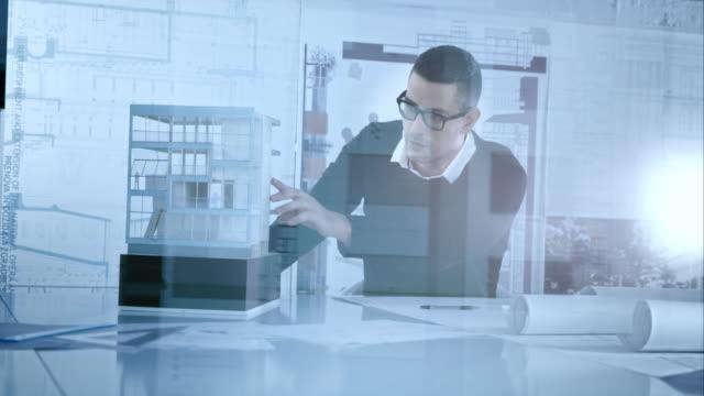 Architekten, die details an der architectural model in seinem Büro