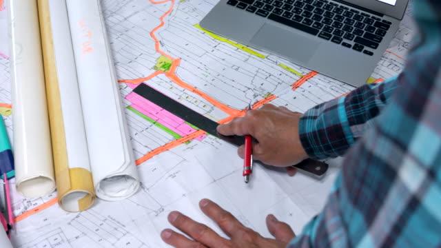 vídeos y material grabado en eventos de stock de arquitecto comparar blueprint - un solo hombre de mediana edad